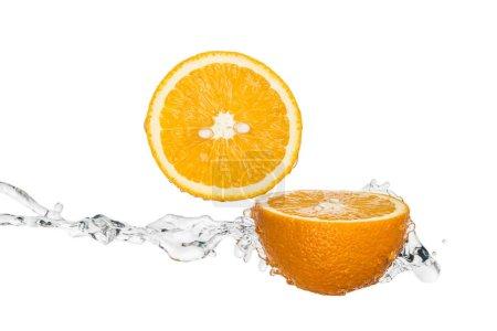 Photo pour Moitiés orange fraîches avec l'éclaboussure d'eau d'isolement sur le blanc - image libre de droit