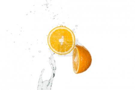 Photo pour Moitiés orange fraîche avec éclaboussure d'eau et gouttes isolées sur blanc - image libre de droit