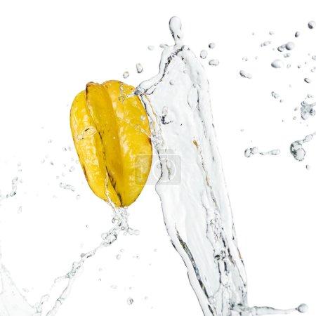 Foto de Fruta exótica madura madura y agua clara salpicada de gotas aisladas sobre blanco. - Imagen libre de derechos