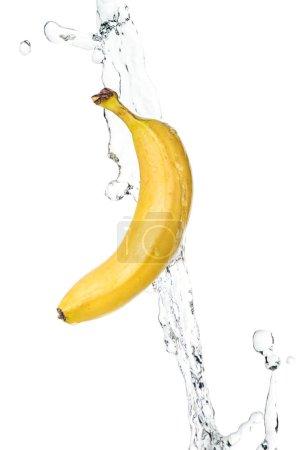 Photo pour Banane jaune mûre entière et ruisseau d'eau claire isolé sur blanc - image libre de droit