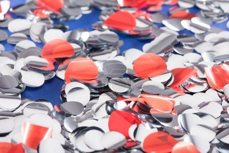 Foto de Enfoque selectivo de fondo de plata y confeti rojo - Imagen libre de derechos