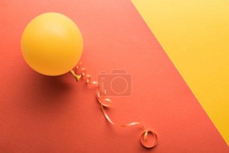 Photo pour Vue supérieure de ballon jaune sur le fond corallien - image libre de droit