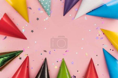 Foto de Vista superior de la colorida decoración de fiesta sobre fondo rosa - Imagen libre de derechos