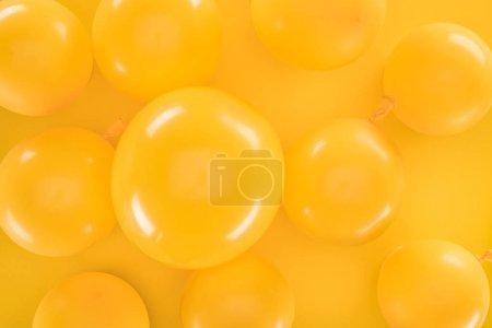 Foto de Top view yellow balloons on yellow background - Imagen libre de derechos