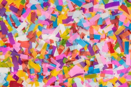 Photo pour Fermez-vous vers le haut de la vue du fond multicolore de confetti - image libre de droit