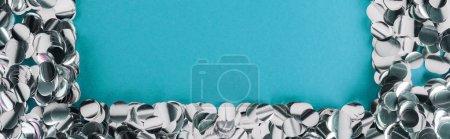 Photo pour Tir panoramique du cadre argenté de confettis sur le fond de tiffany - image libre de droit