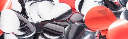 Foto de Disparo panorámico de plata brillante y confeti rojo - Imagen libre de derechos