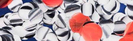Photo pour Tir panoramique des confettis argentés et rouges étincelants, fond festif - image libre de droit