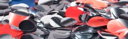 Photo pour Tir panoramique des confettis multicolores festifs brillants - image libre de droit