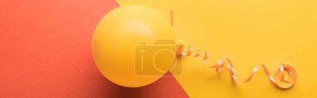Photo pour Tir panoramique de ballon jaune sur le corail et le fond jaune - image libre de droit