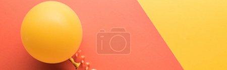 Photo pour Tir panoramique de ballon jaune sur le fond minimaliste de corail - image libre de droit