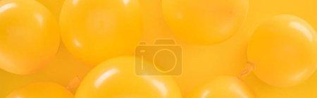 Photo pour Tir panoramique des ballons jaunes sur le fond jaune - image libre de droit