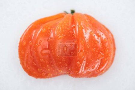 Photo pour Vue supérieure de la tomate mûre rouge humide avec des gouttes d'eau isolées sur le blanc - image libre de droit
