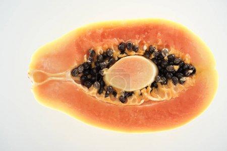 Photo pour Vue supérieure de la moitié juteuse mûre de papaye avec les graines noires d'isolement sur le blanc - image libre de droit