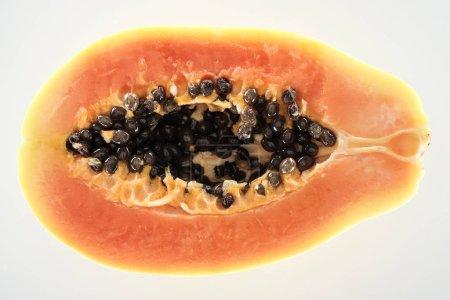 Photo pour Vue supérieure de la moitié exotique mûre de papaye avec les graines noires d'isolement sur le blanc - image libre de droit