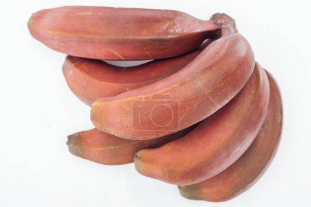 Photo pour Fermer vers le haut de la vue des bananes rouges savoureuses tropicales mûres d'isolement sur le blanc - image libre de droit