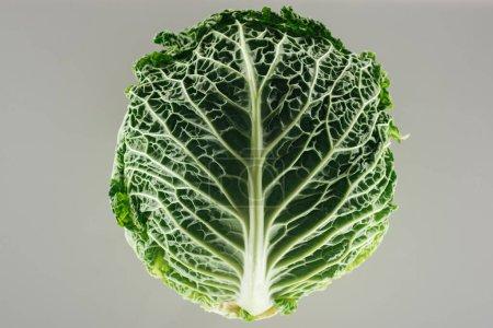 Photo pour Vue du haut du chou entier biologique vert isolé sur le gris - image libre de droit