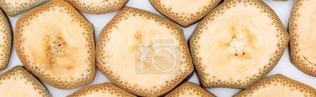Foto de Foto panorámica de exóticas deliciosas rodajas de plátano sobre fondo blanco - Imagen libre de derechos