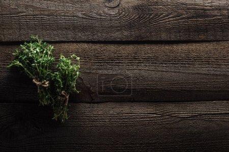 Foto de Top view of green thyme on wooden weathered table with copy space - Imagen libre de derechos