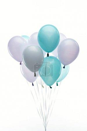Photo pour Ballons bleus, violets et blancs colorés isolés sur blanc - image libre de droit