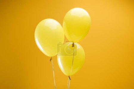 Photo pour Ballons décoratifs minimalistes colorés et festifs sur fond jaune - image libre de droit