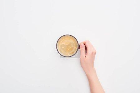 Photo pour Vue recadrée de femme retenant la cuvette de café sur le fond blanc - image libre de droit