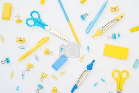 Photo pour Mélange de papeterie bleue et jaune sur fond blanc - image libre de droit