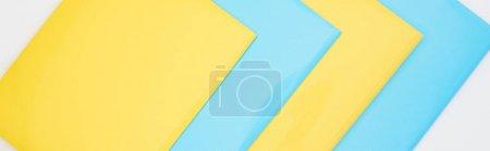 Photo pour Pose plate de dossiers bleus et jaunes isolés sur blanc - image libre de droit