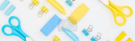Photo pour Prise de vue panoramique de gommes jaunes et bleues, stylos, ciseaux et trombones isolés sur blanc - image libre de droit