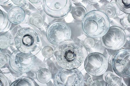 Photo pour Vue de dessus des verres avec de l'eau claire sur fond blanc - image libre de droit