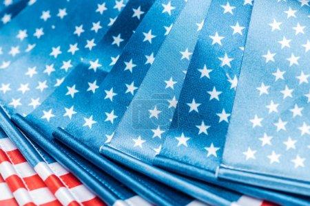 Foto de Vista de cerca de las banderas americanas brillantes en la pila - Imagen libre de derechos
