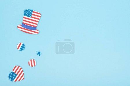 Foto de Vista superior del sombrero decorativo de corte de papel, estrella, círculos y corazón de banderas americanas sobre fondo azul con espacio para copiar - Imagen libre de derechos