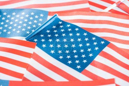 Photo pour Fermer la vue vers le haut des drapeaux américains nationaux brillants dans la pile - image libre de droit