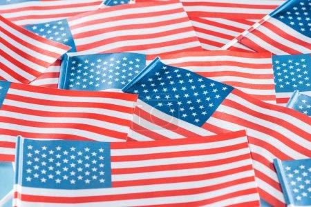 Photo pour Fermer vers le haut la vue des drapeaux américains colorés nationaux dans la pile - image libre de droit