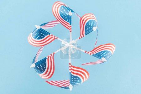 Photo pour Vue supérieure des drapeaux américains en cercle sur le fond bleu - image libre de droit