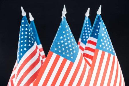 Photo pour Fermer la vue des drapeaux américains nationaux d'isolement sur le noir - image libre de droit
