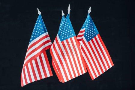 pila de banderas nacionales americanas aisladas en negro