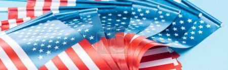 Photo pour Fermer la vue vers le haut des drapeaux américains brillants, projectile panoramique - image libre de droit
