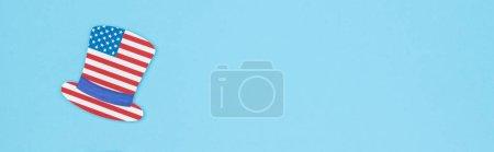Photo pour Coup panoramique de chapeau décoratif fait d'étoiles et de rayures sur fond bleu avec l'espace de copie - image libre de droit