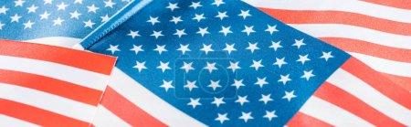 Photo pour Fermer la vue vers le haut des drapeaux américains nationaux brillants dans la pile, projectile panoramique - image libre de droit