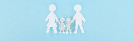 Photo pour Vue de dessus de la famille de coupe de papier blanc sur fond bleu, panoramique - image libre de droit