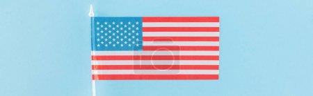 Photo pour Vue du haut du drapeau américain décoratif sur bâton sur fond bleu, panoramique - image libre de droit