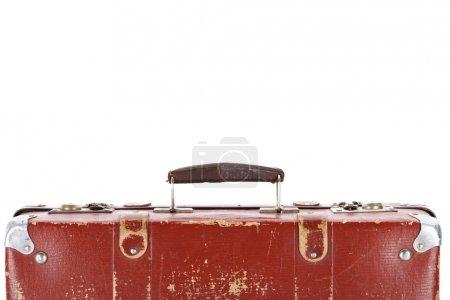 Photo pour Fermer la vue vers le haut de la poignée sur la valise brune rétro d'isolement sur le blanc - image libre de droit