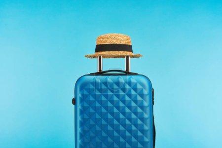 Photo pour Sac de voyage coloré bleu avec poignée sur roues sur fond bleu - image libre de droit