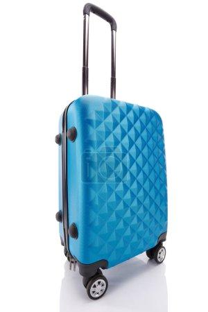 Photo pour Sac de voyage coloré texturé bleu avec poignée isolée sur blanc - image libre de droit