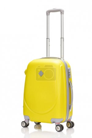 Photo pour Valise à roulettes en plastique jaune avec poignée isolée sur blanc - image libre de droit
