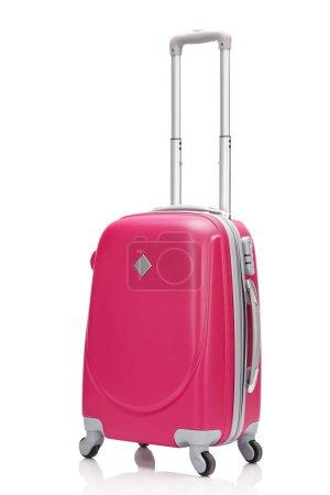 Photo pour Valise à roulettes en plastique rouge avec poignée isolée sur blanc - image libre de droit