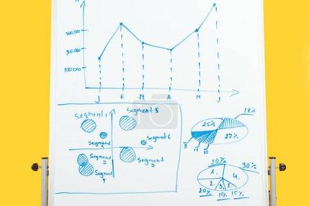 Photo pour Graphiques et diagrammes sur tableau de bureau blanc - image libre de droit
