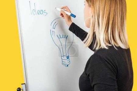 Photo pour Femme d'affaires debout près de tableau à feuilles blanches, dessin et notes d'écriture sur le tableau de bureau - image libre de droit