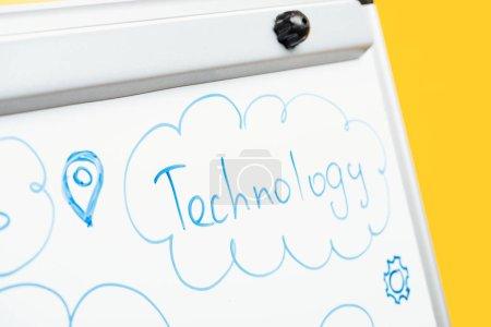 Photo pour Vue rapprochée de la technologie de mot écrite sur un tableau à feuilles blanches - image libre de droit